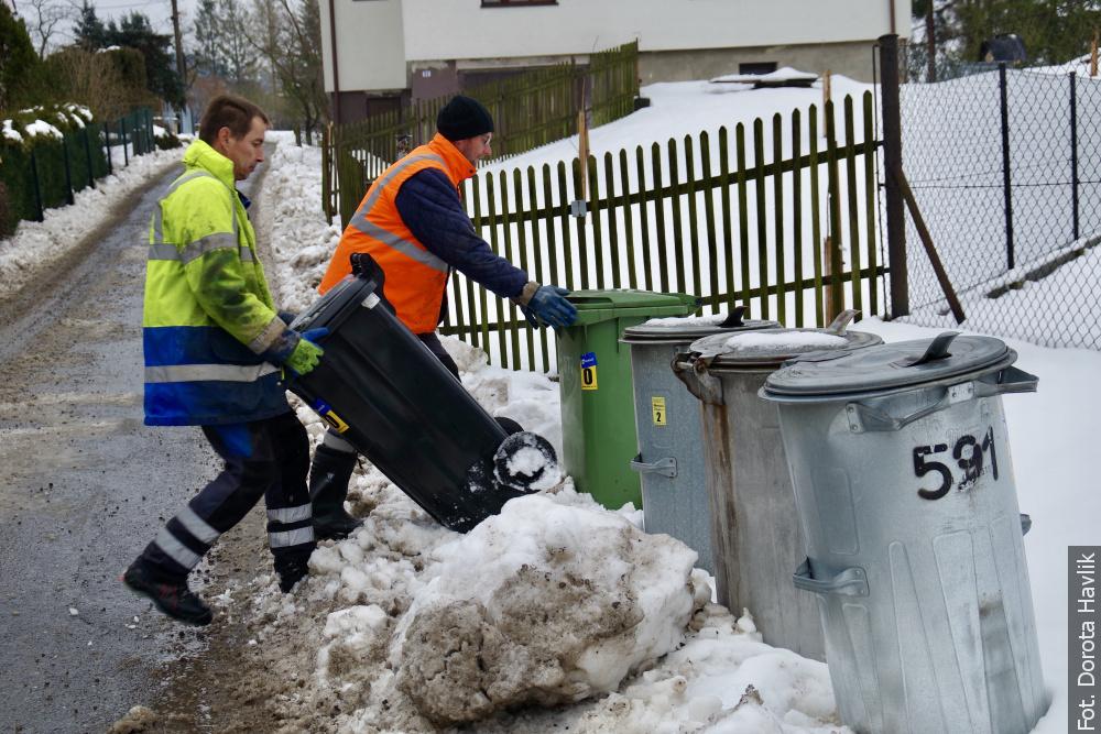 Mróz, zaspy, problemy z dojazdem – zimowa codzienność śmieciarza