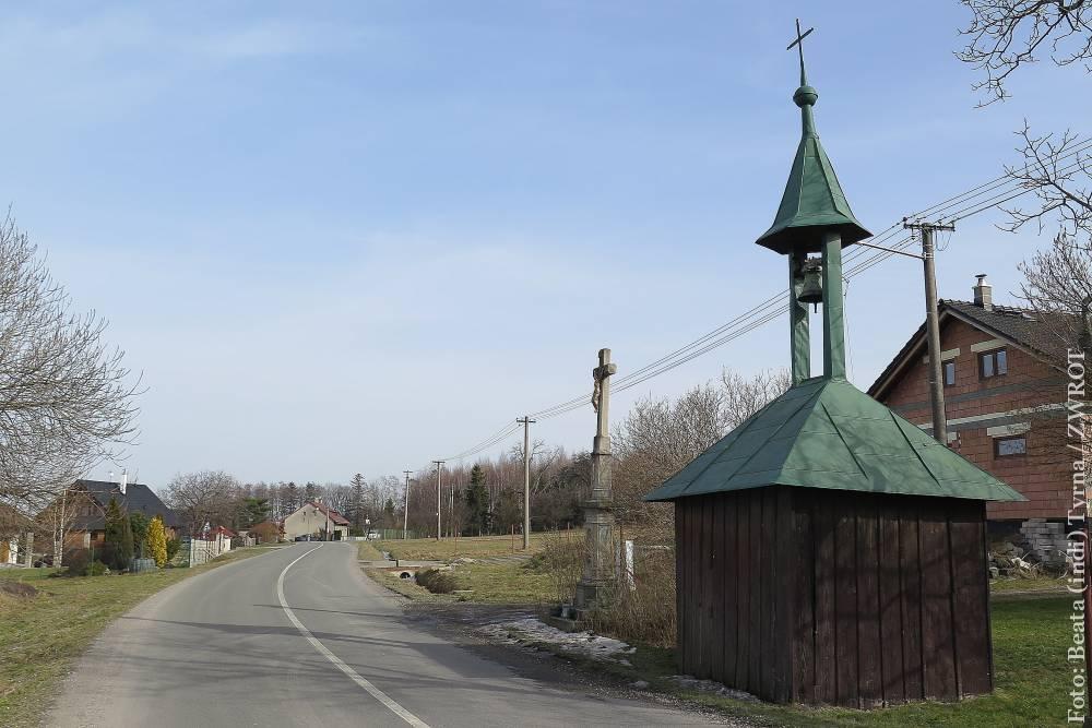Spacery ze Zwrotem: drewniana dzwonnica w Dobracicach