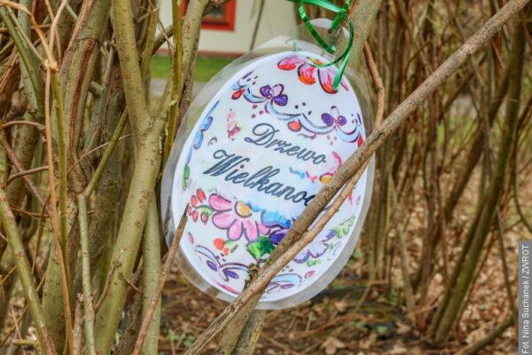 Wielkanocna zabawa na podwórku szkolnym PSP w Gnojniku