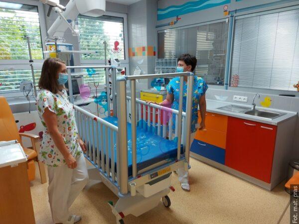 Trzy nowe łóżka dla oddziału intensywnej terapii dla dzieci szpitala w Trzyńcu