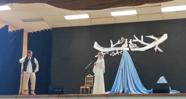 Romantyczny i humorystyczny spektakl istebniańskiej młodzieży obejrzeć można w sieci