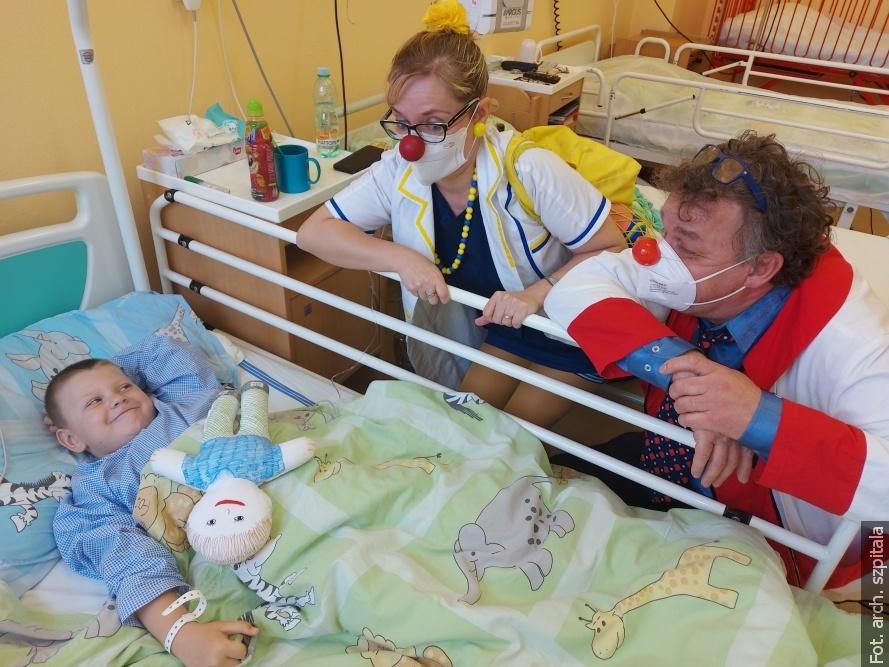 Chore dzieci w trzynieckim szpitalu odwiedzają klauni