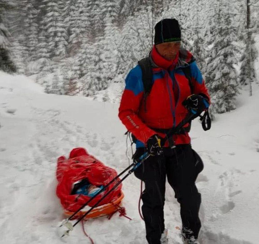 Turystki utknęły w głębokim śniegu w Beskidach