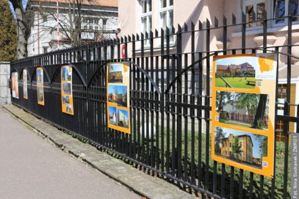Na ogrodzeniu Konsulatu Generalnego w Ostrawie można oglądać wystawę poświęconą polskim szkołom i przedszkolom
