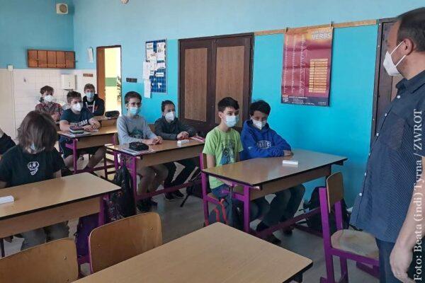 Od przyszłego poniedziałku do szkół wracają wszyscy uczniowie i studenci. Otwierają się też hotele