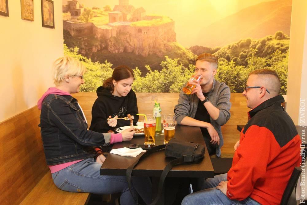 W Czechach od dziś można pójść na obiad do restauracji, na drinka do klubu lub popływać w parku wodnym