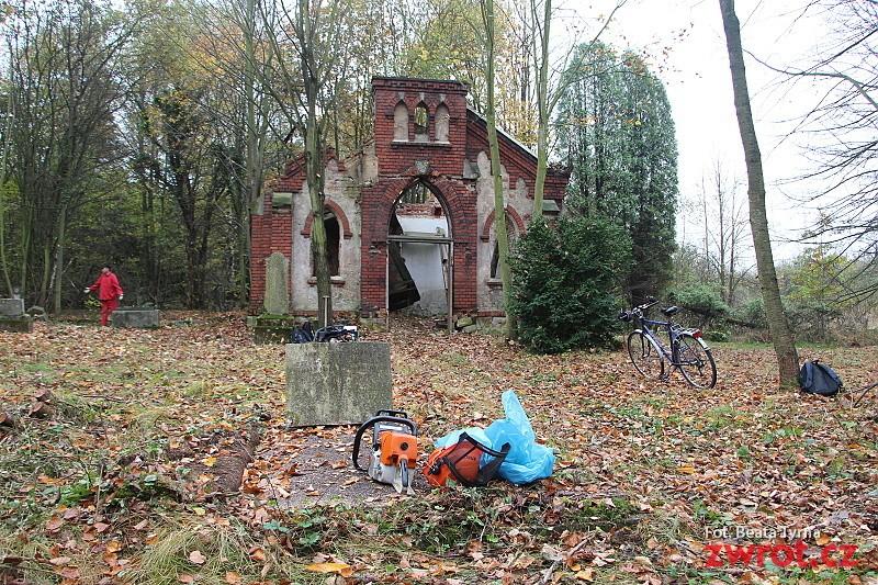 Można pomóc w porządkowaniu starego cmentarza w Karwinie
