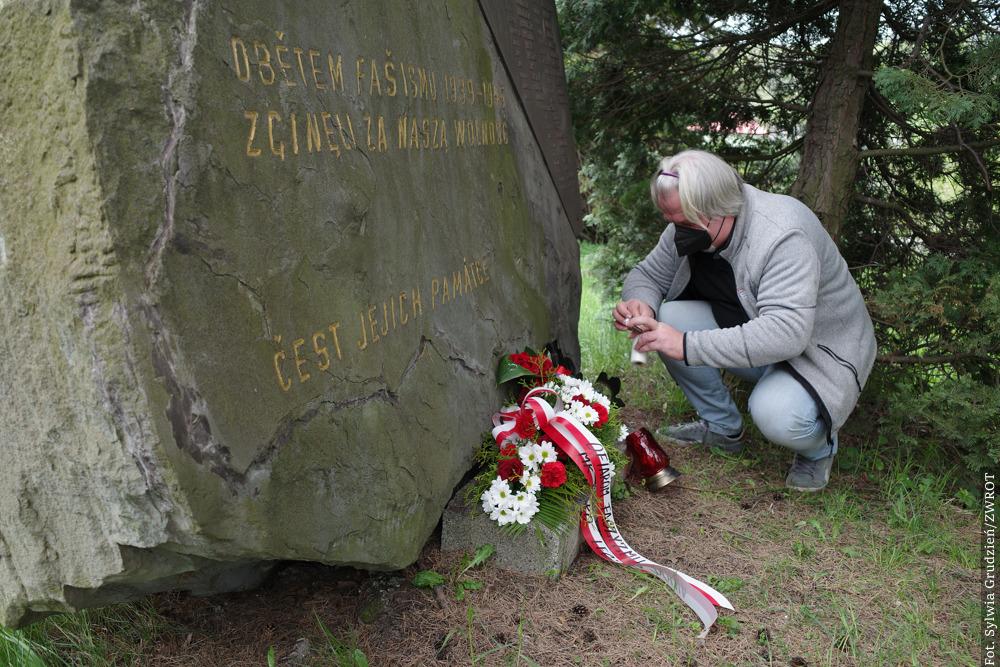 Złożono kwiaty pod Pomnikiem Ofiar II WŚ w Lesznej Dolnej