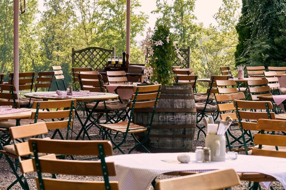 Jakie warunki trzeba spełnić, aby napić się piwa w ogródku restauracji?