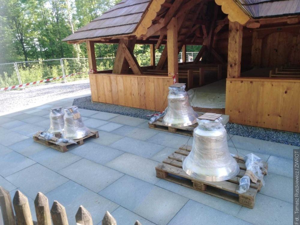 Dzwony do kościółka w Gutach przyjechały z Polski