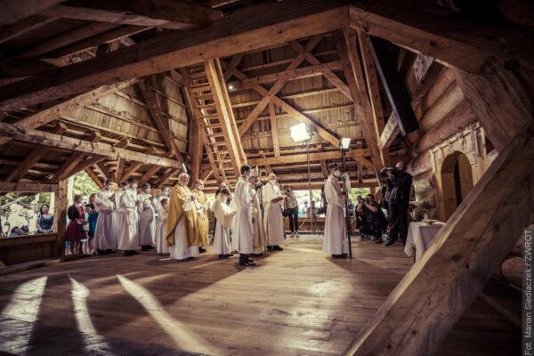 Uroczystość poświęcenia kościółka w Gutach w obiektywie Mariana Siedlaczka