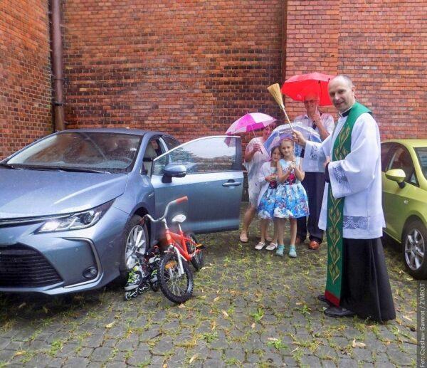 W Stonawie poświęcili samochody, rower i rolki