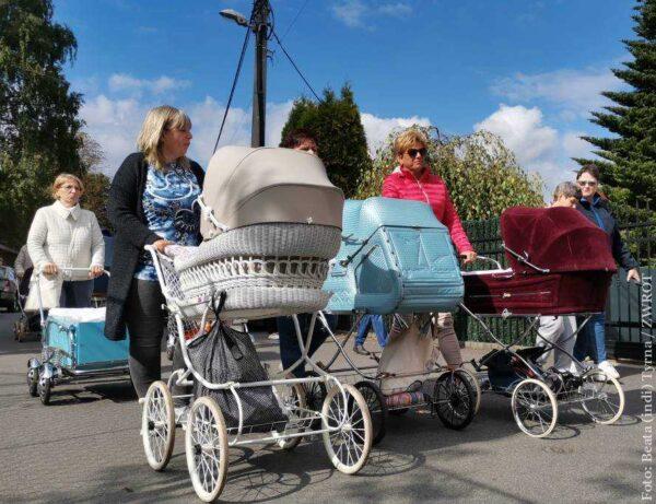Przez Czeski Cieszyn przeszedł pochód z zabytkowymi wózkami dziecięcymi