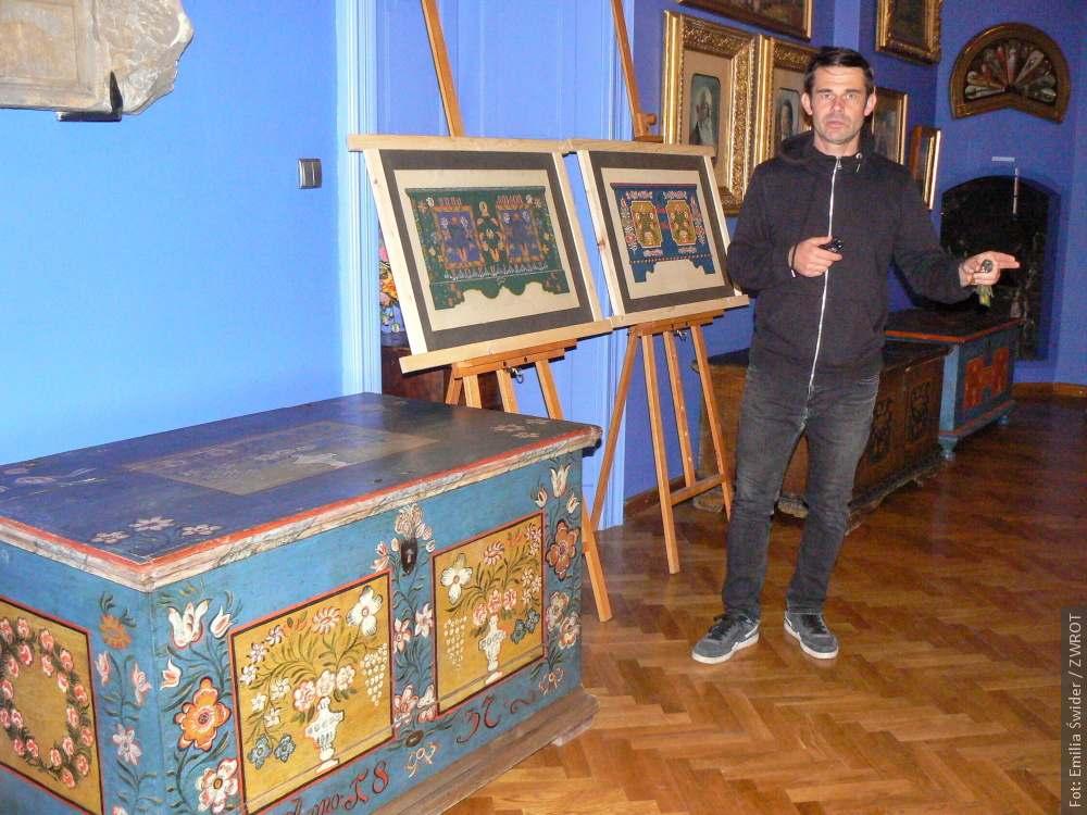 Malowane skrzynie ludowe  na wystawie