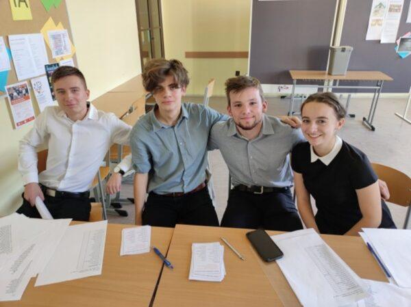 Uczniowie polskiego gimnazjum zorganizowali próbne wybory. Która partia zwyciężyła?