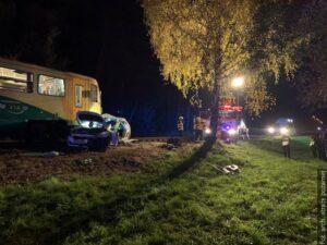 Poważny wypadek w Ropicy. Samochód osobowy zderzył się z pociągiem